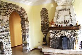 пристенный камин для дома